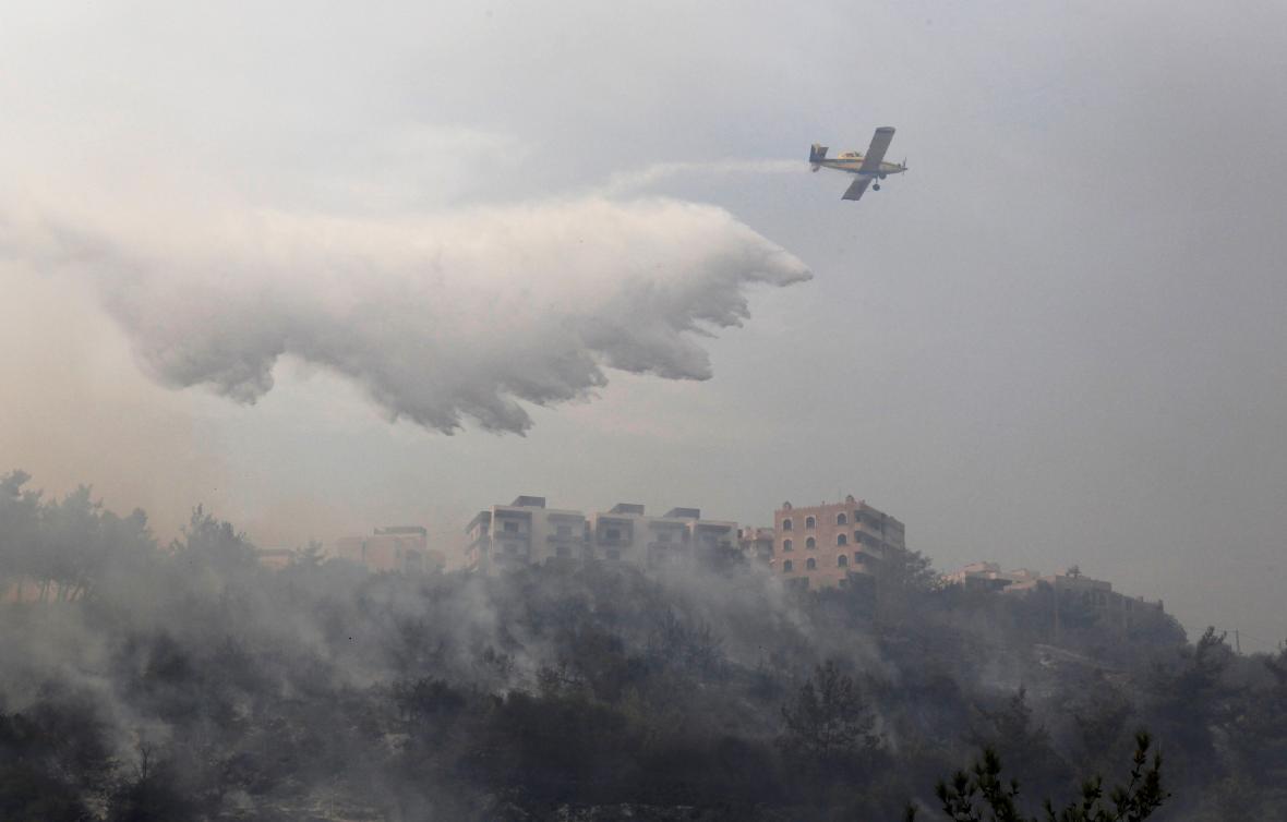Lesní požár ohrožuje vesnice jižně od libanonské metropole