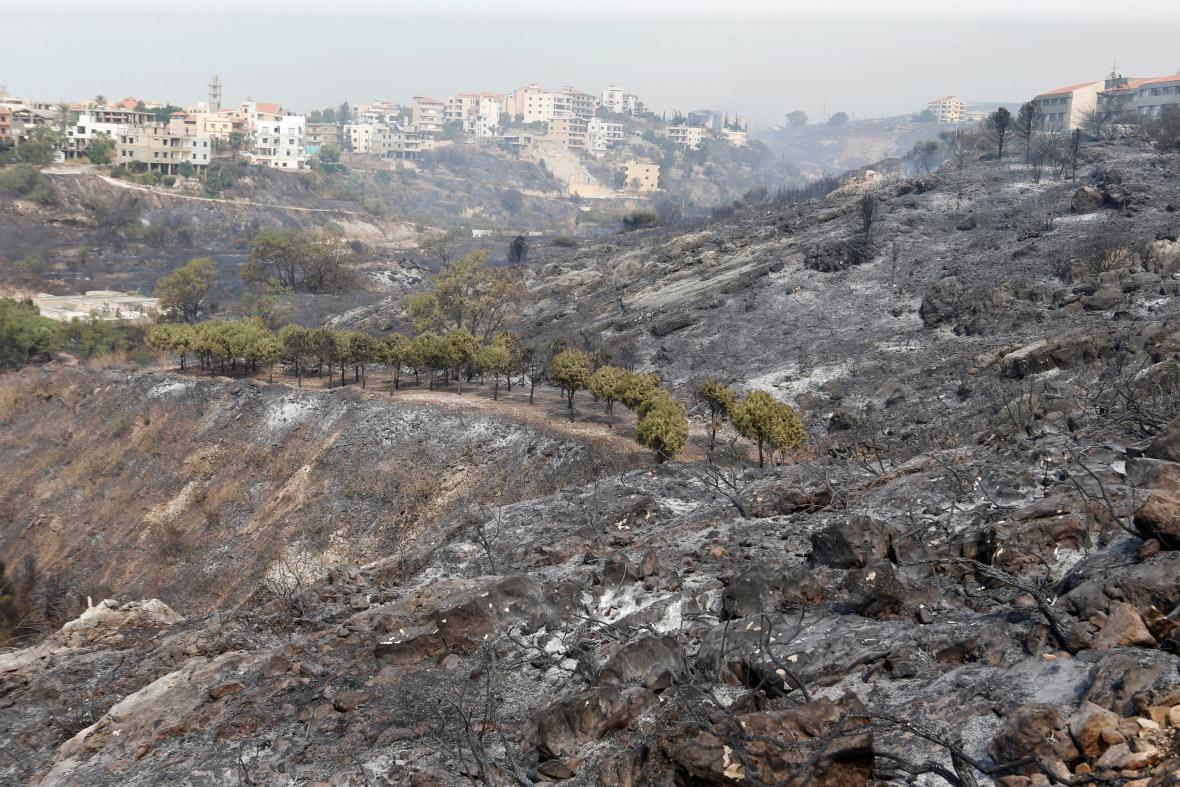 Plameny sežehly lesy u libanonského města Damúr