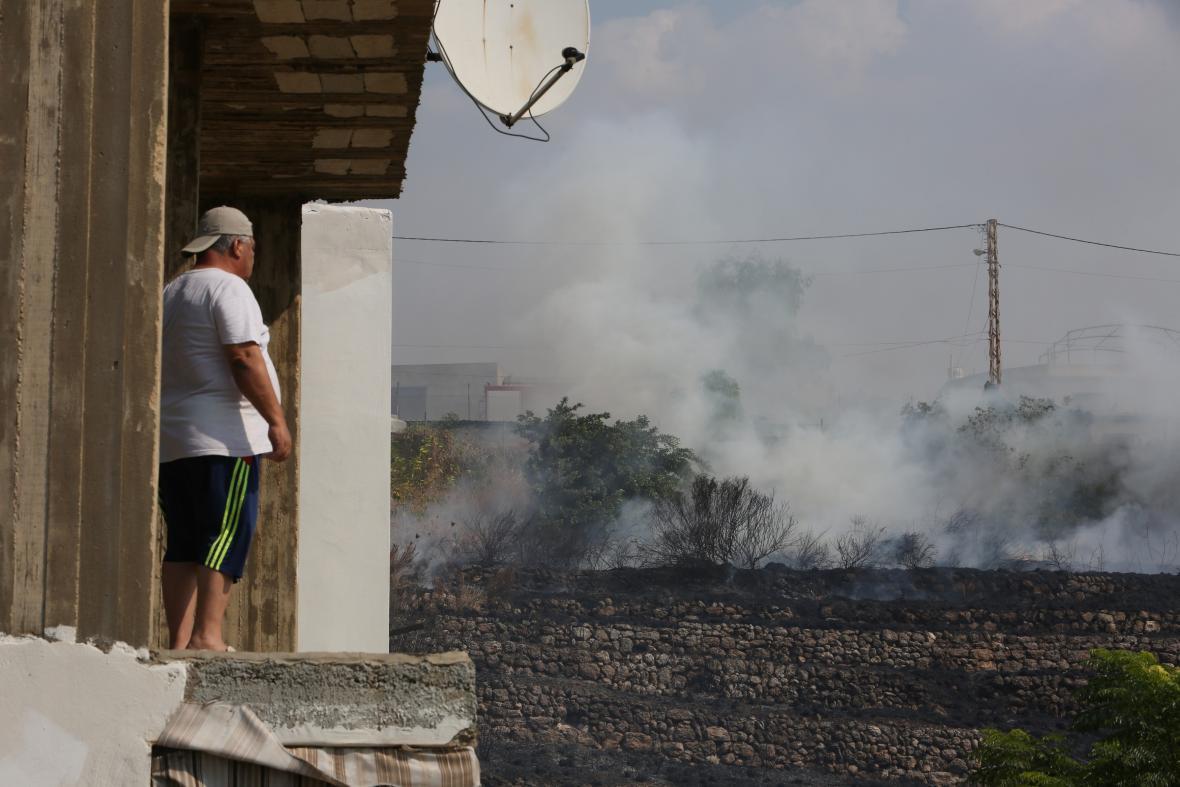Libanonec pozoruje, jak požár ničí okolní krajinu