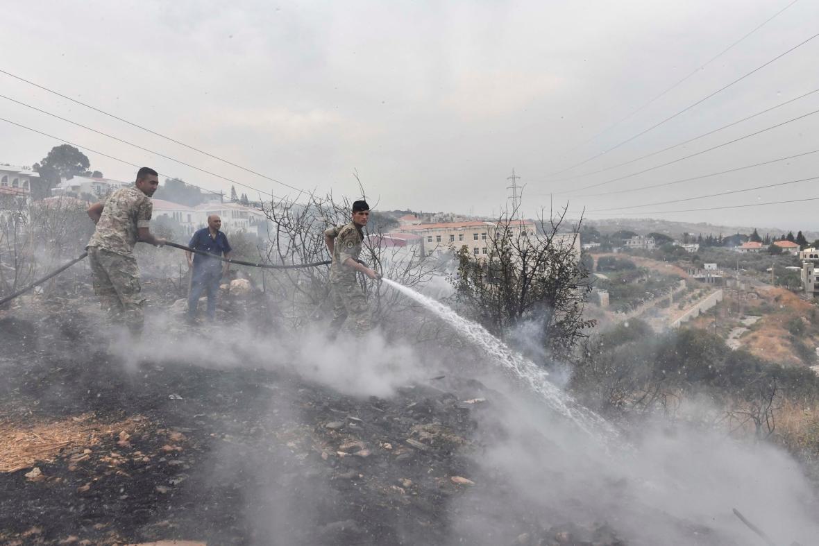 Bezpečnostní složky bojují s plameny v Libanonu