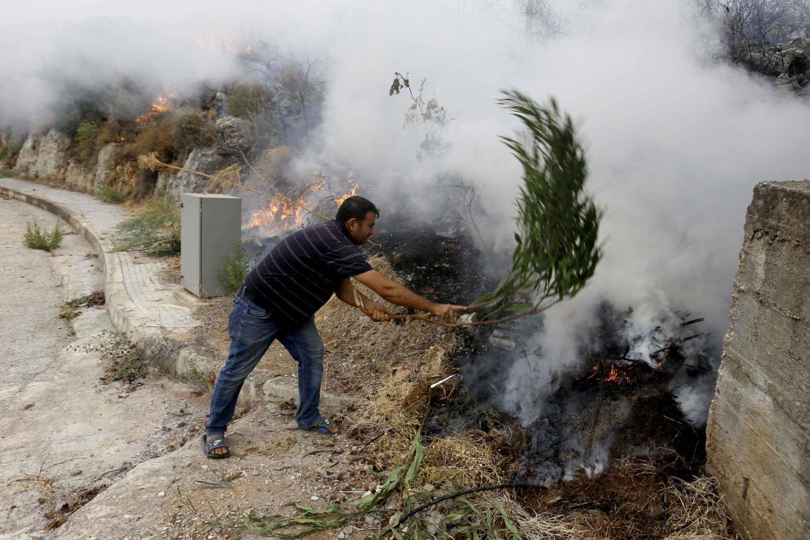 Libanonec se snaží uhasit plameny na vlastní pěst