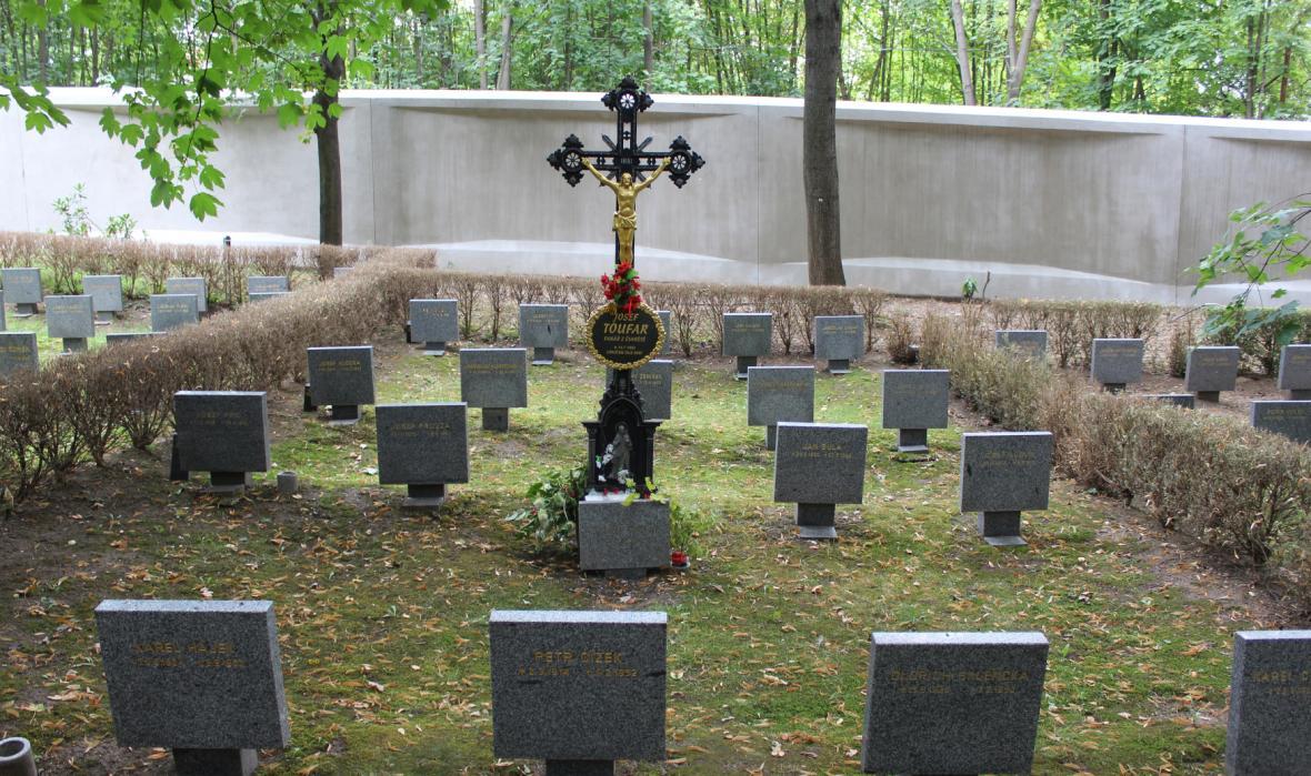Symbolický hrob Josefa Toufara na Ďáblickém hřbitově