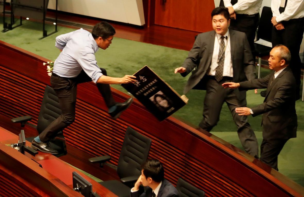Jeden z prodemokratických poslanců se snaží dostihnout správkyni Hongkongu Lamovou