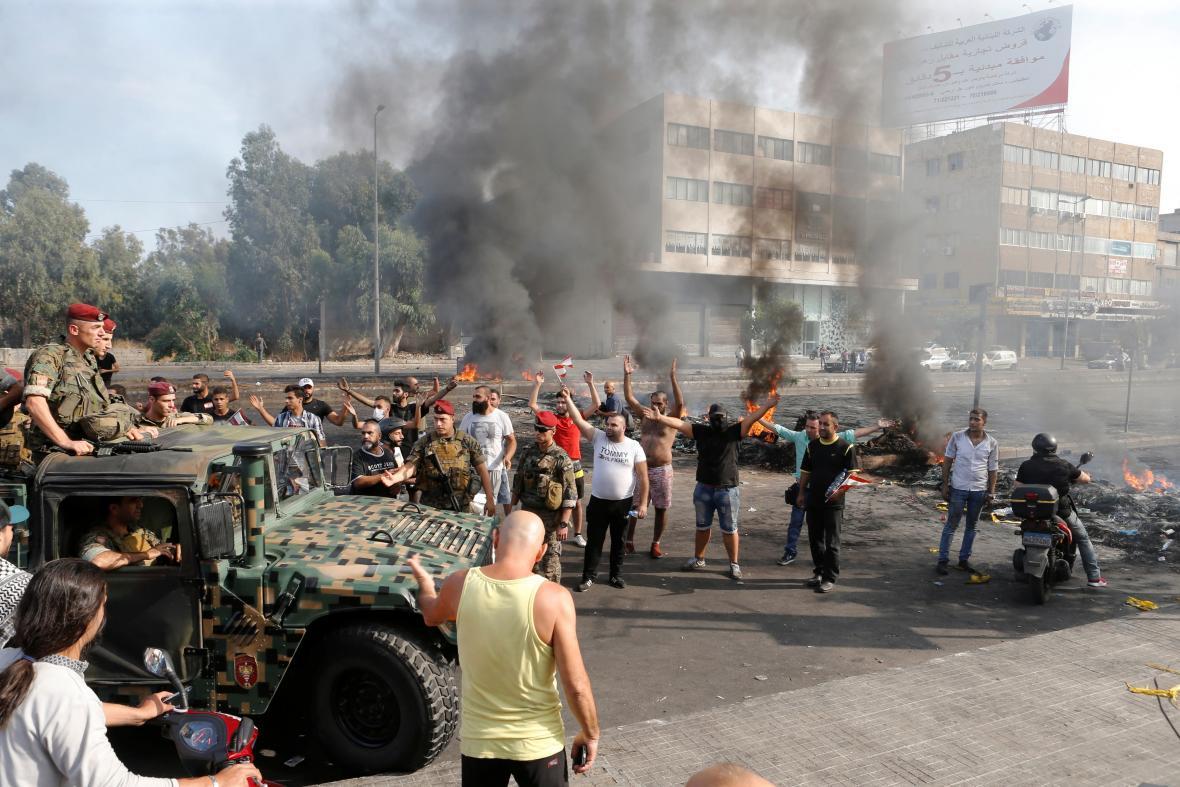 Na protestující dohlížela armáda