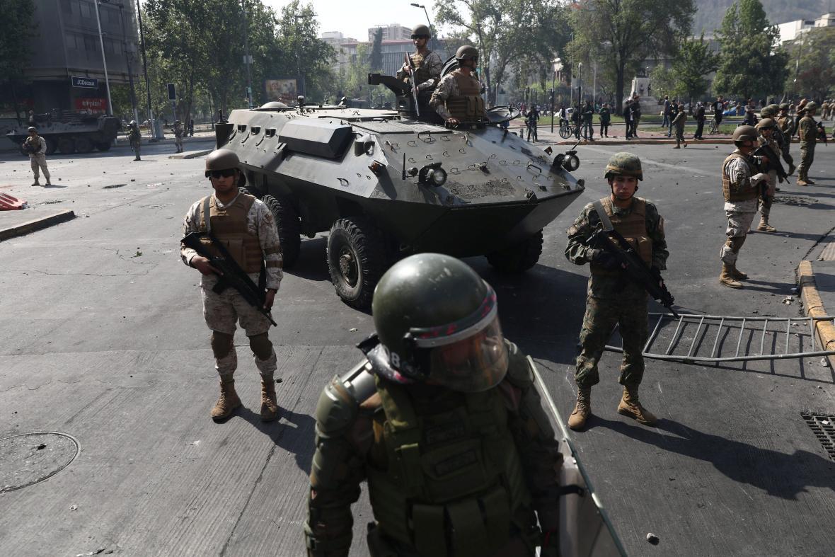 Chile nasadilo do ulic Santiaga vojáky