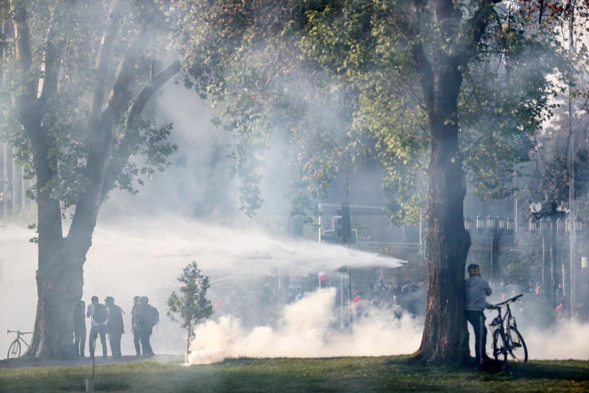 Bezpečnostní složky zasahují proti demonstrantům