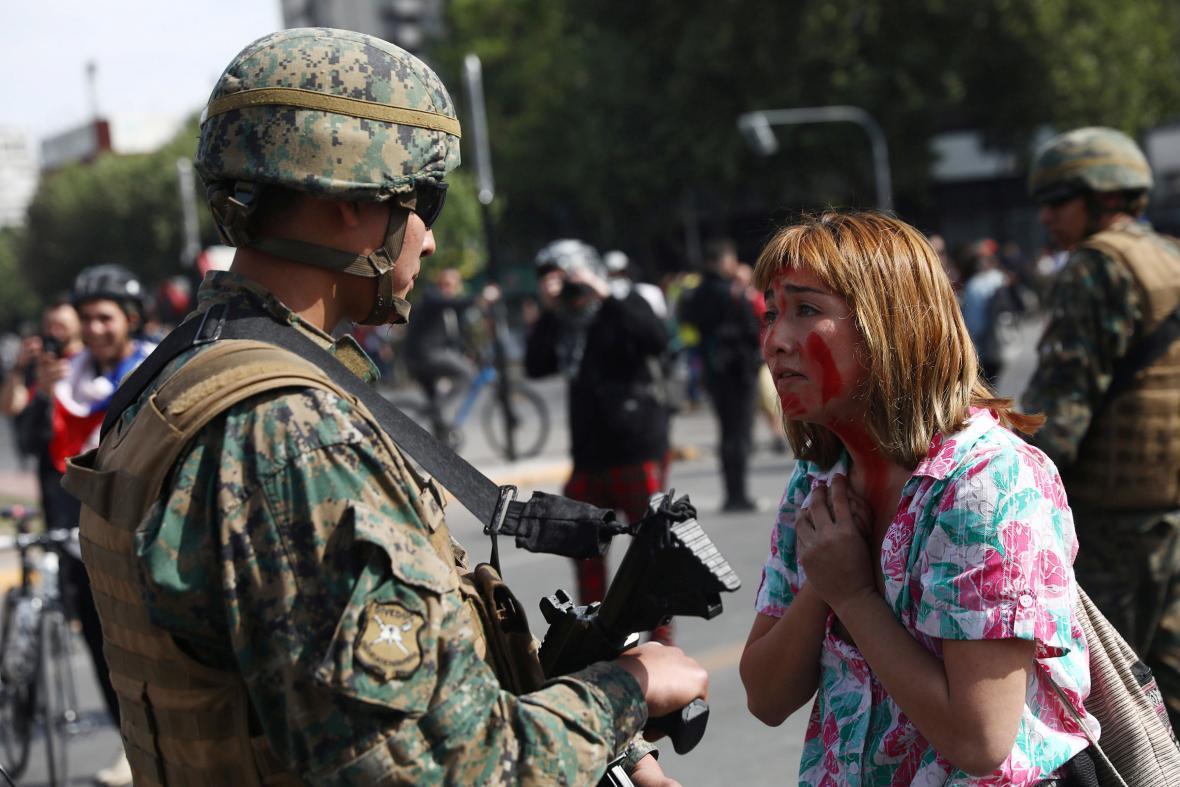 Jedna z protestujících hovoří s chilským vojákem