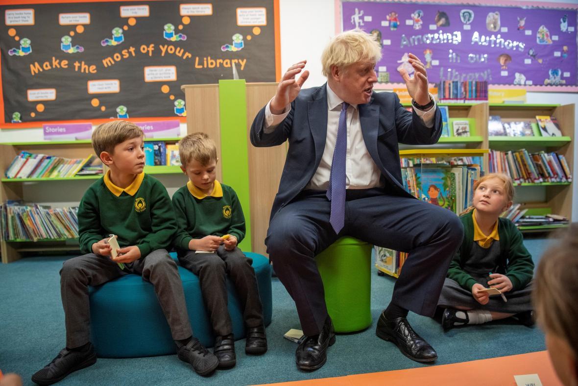 Boris Johnson stále věří, že se brexit uskuteční na konci října