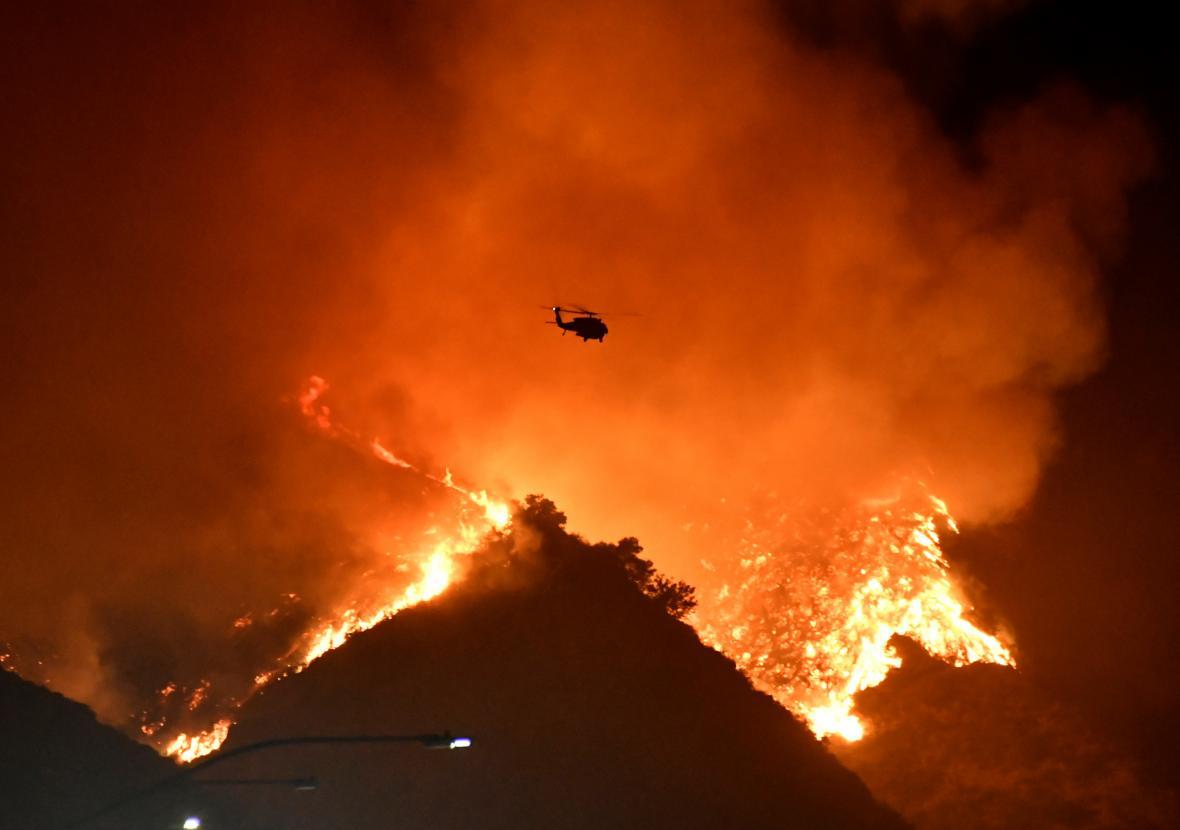 Požár zuřící západně od Los Angeles