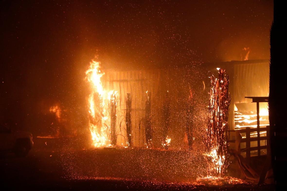 Požár Kincade ničí domy v kalifornském Windsoru
