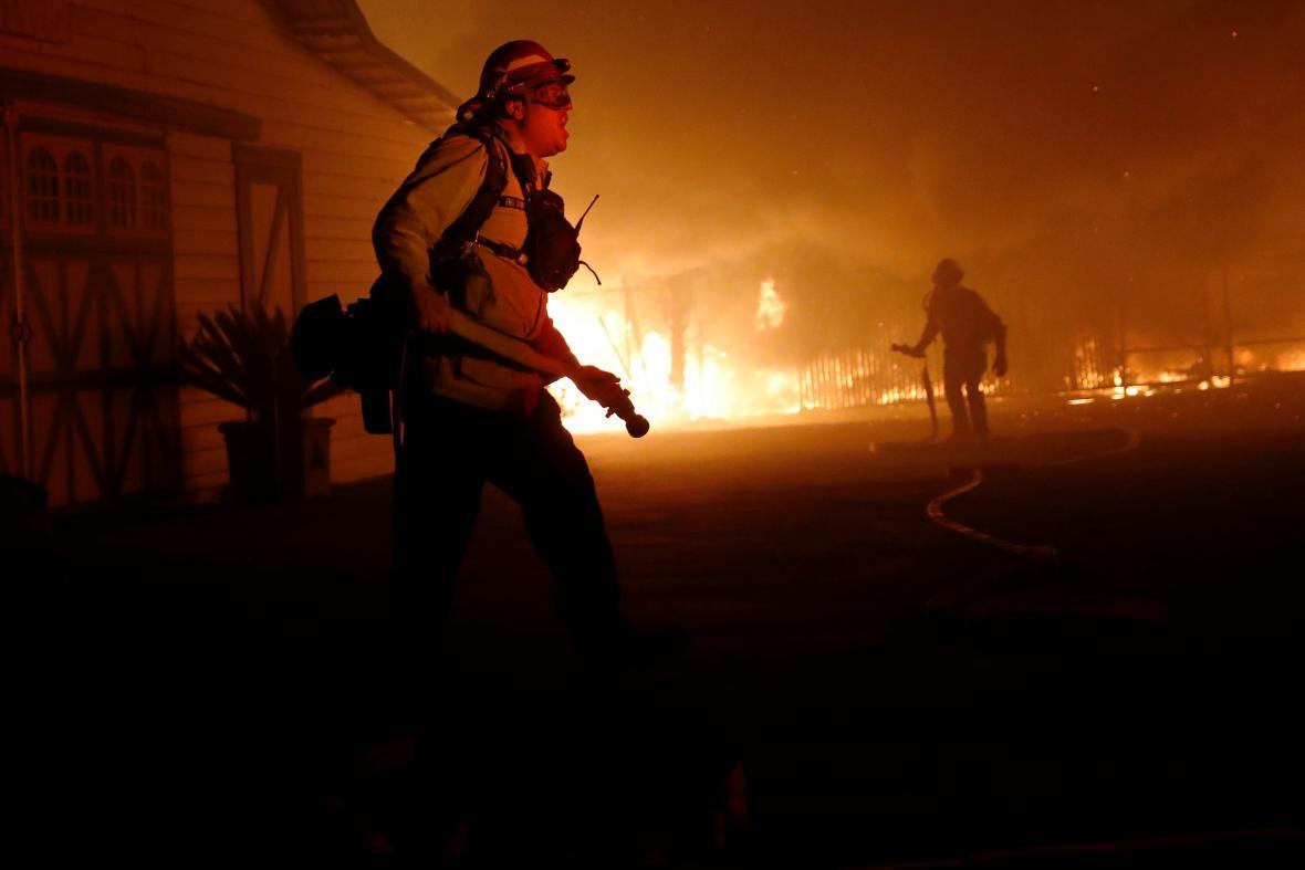S požáry v Kalifornii bojuje velké množství hasičů
