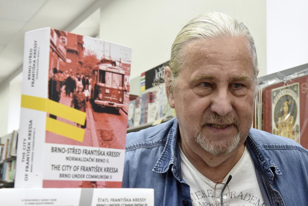 František Kressa s 2. a 3. dílem knihy Normalizační Brno