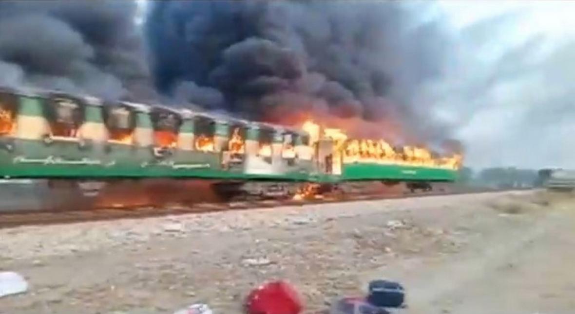 Pákistánský vlak v plamenech