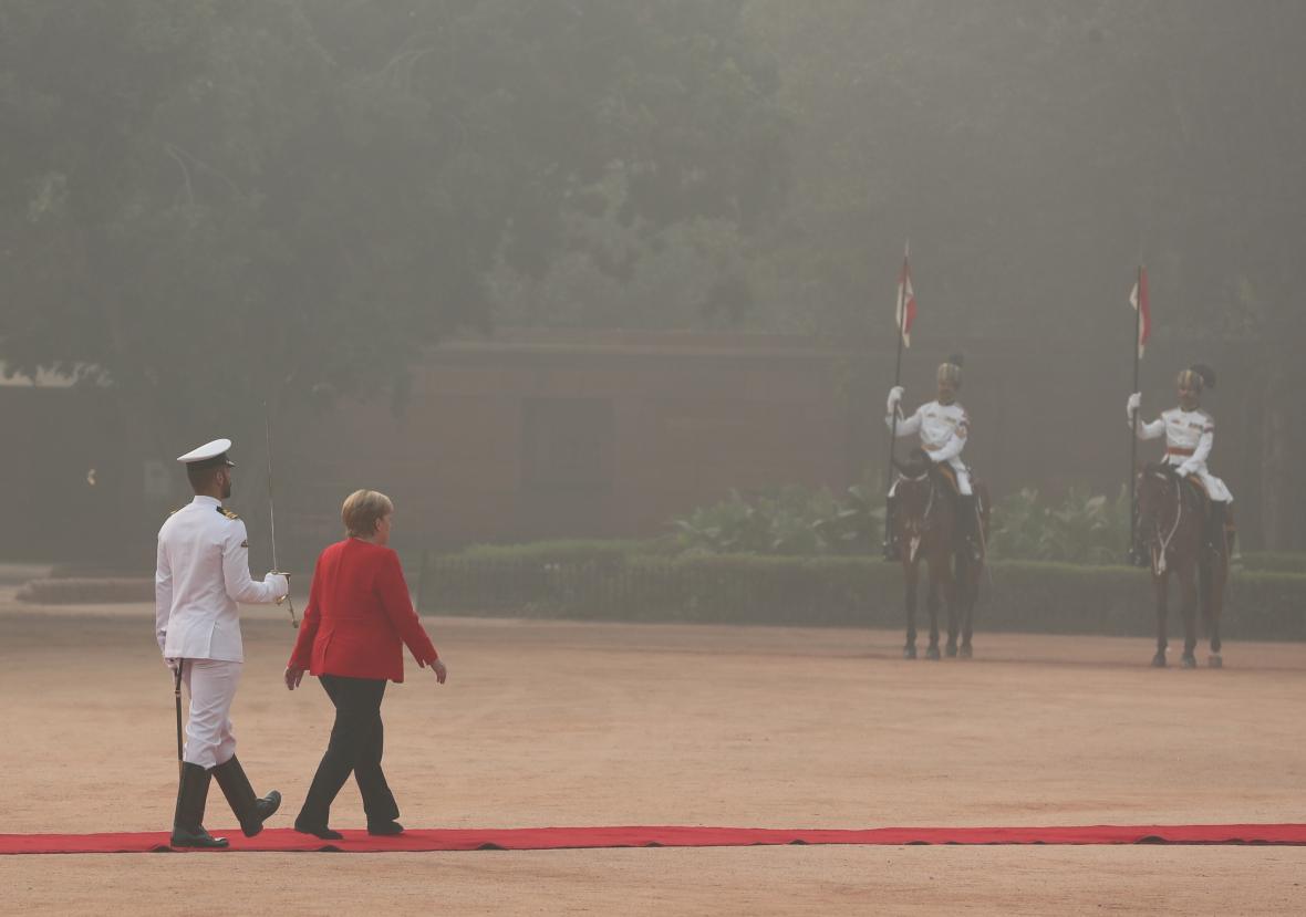 Smog doprovázel i slavnostní přivítání kancléřky Angely Merkelové v Dillí