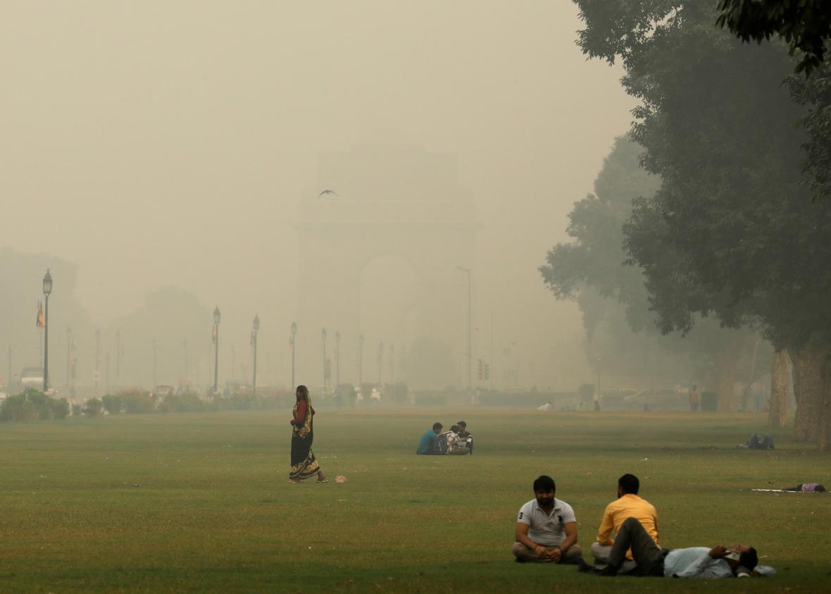 Lidé tráví čas v parku před Bránou Indie i během smogové situace