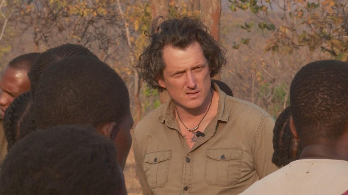 Damien Mander trénuje africké dobrovolníky