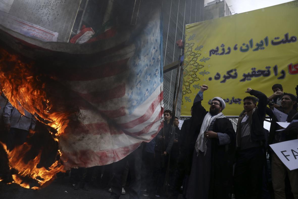 Íránci pálí americkou vlajku před bývalou ambasádou USA v Teheránu