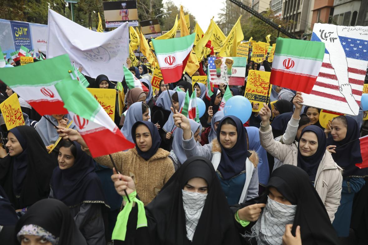 Před bývalou ambasádou USA v Teheránu demonstrovaly tisíce lidí