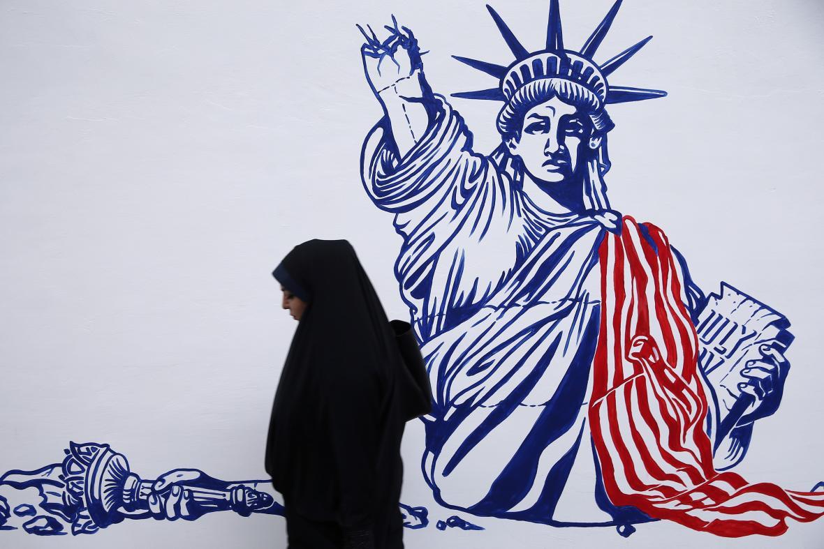 Nově znázorněná Socha svobody na zdi u bývalé ambasády USA v Teheránu