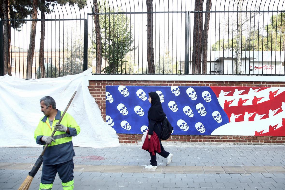 Zeď u bývalé ambasády USA v Teheránu dostala novou tvář - s lebkami