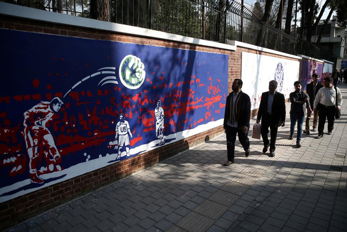 Íránci nechali k výročí přemalovat zdi u bývalé ambasády USA v Teheránu