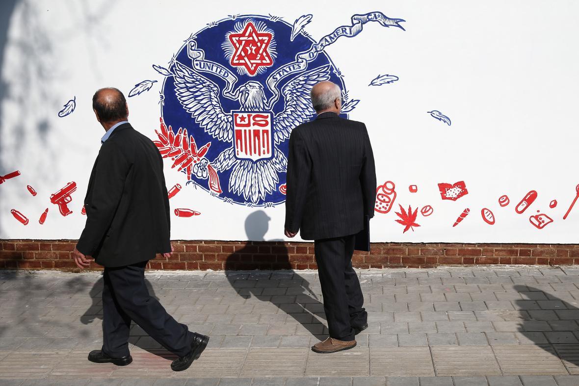 Přemalovaná zeď u bývalé ambasády USA v Teheránu