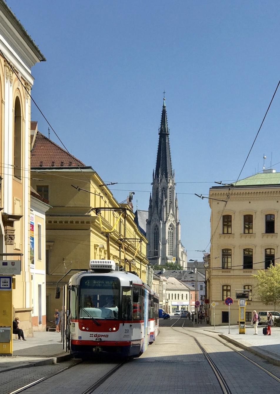 Hanácká kasárna v Olomouci (budova za tramvají)