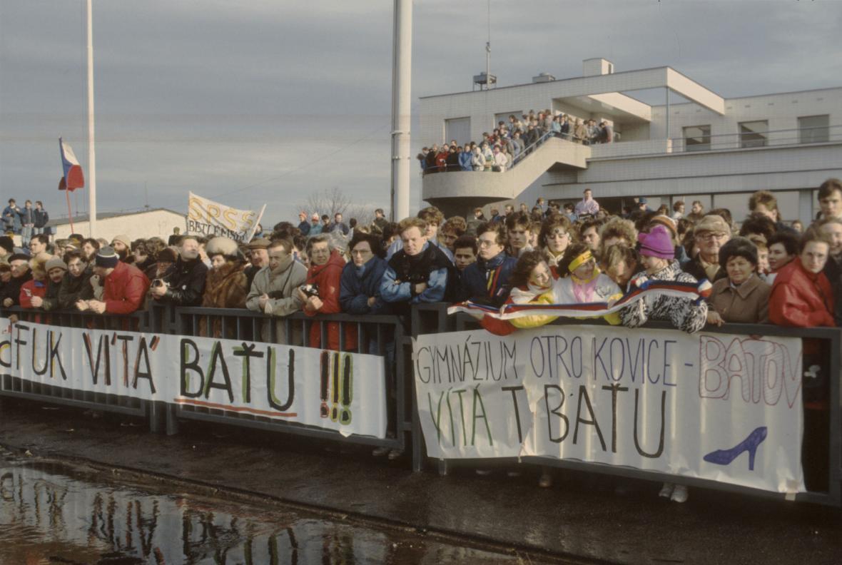 Na pražském letišti vítaly Tomáše Baťu tisíce lidí