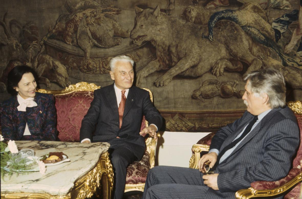 Manželé Baťovi během jednání s Jiřím Dienstbierem