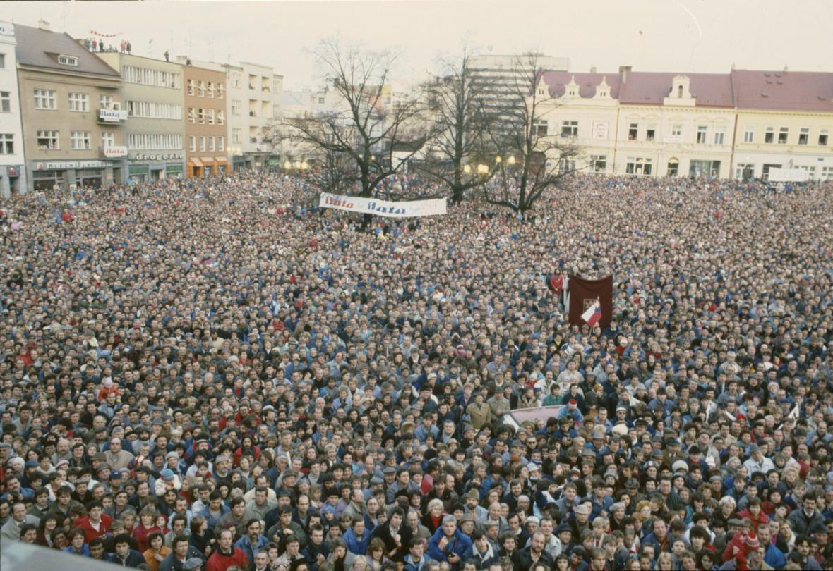 Zaplněné zlínské náměstí během příjezdu Tomáše Bati