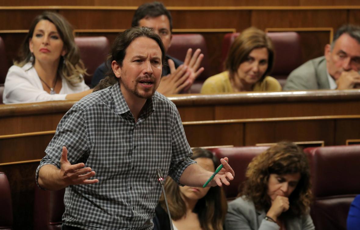 Pablo Iglesias ze strany Podemos při projevu v parlamentu
