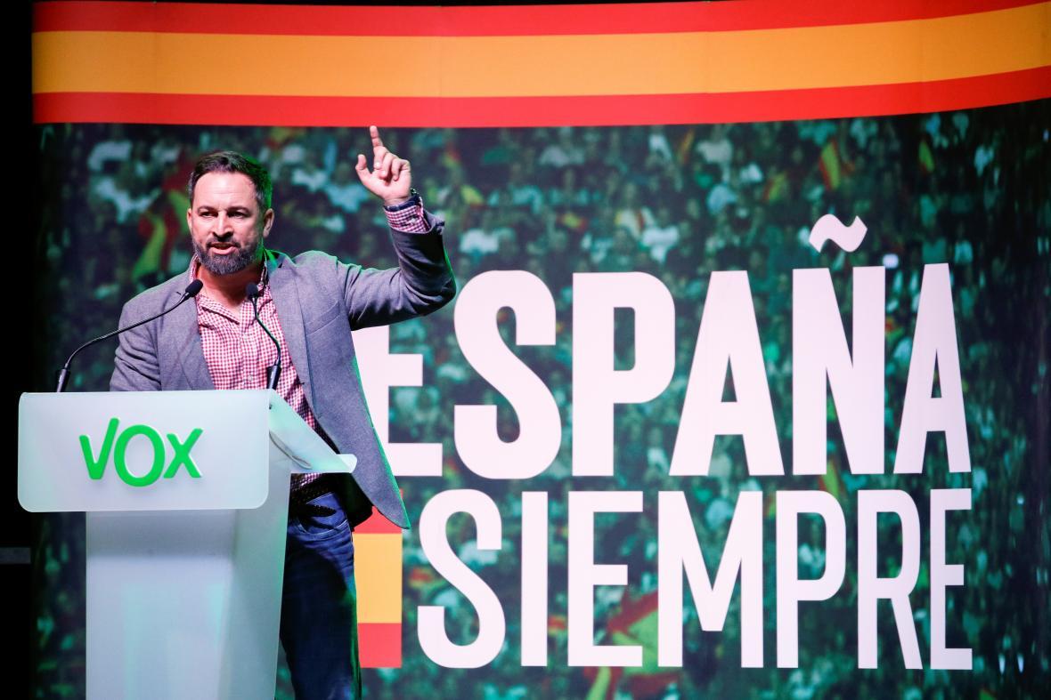 Šéf strany Vox Santiago Abascal s volebním heslem Vždycky Španělsko