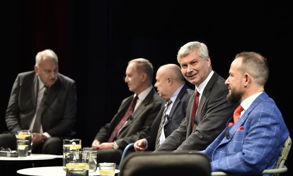 Debata ostravských primátorů - zleva Evžen Tošenovský, Čestmír Vlček, Aleš Zedník, Petr Kajnar a Tomáš Macura (7. 11. 2019)