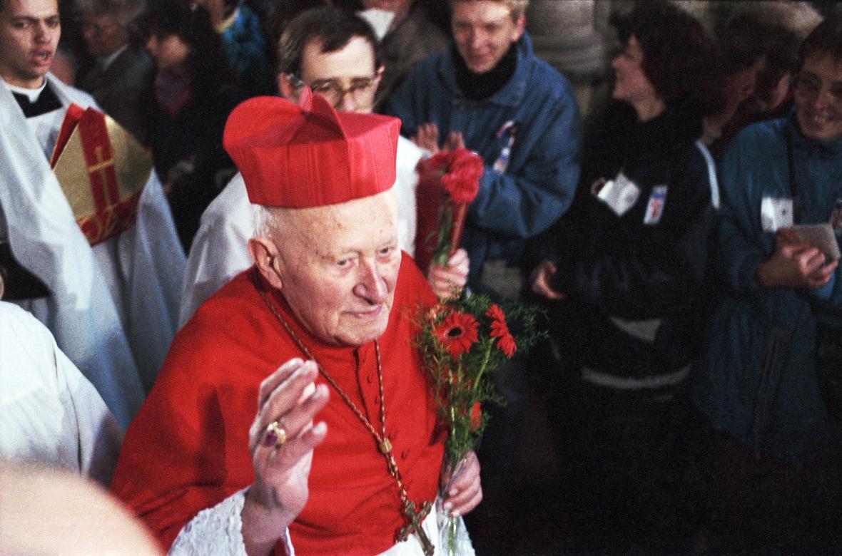 Kardinál František Tomášek mezi věřícími v chrámu svatého Víta, 25. 11. 1989