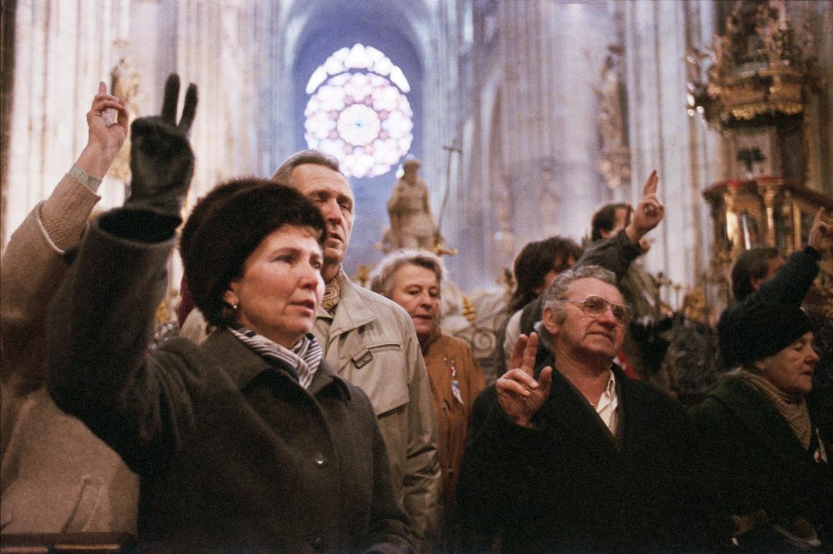 Lidé v chrámu svatého Víta při bohoslužbě, 25. 11. 1989