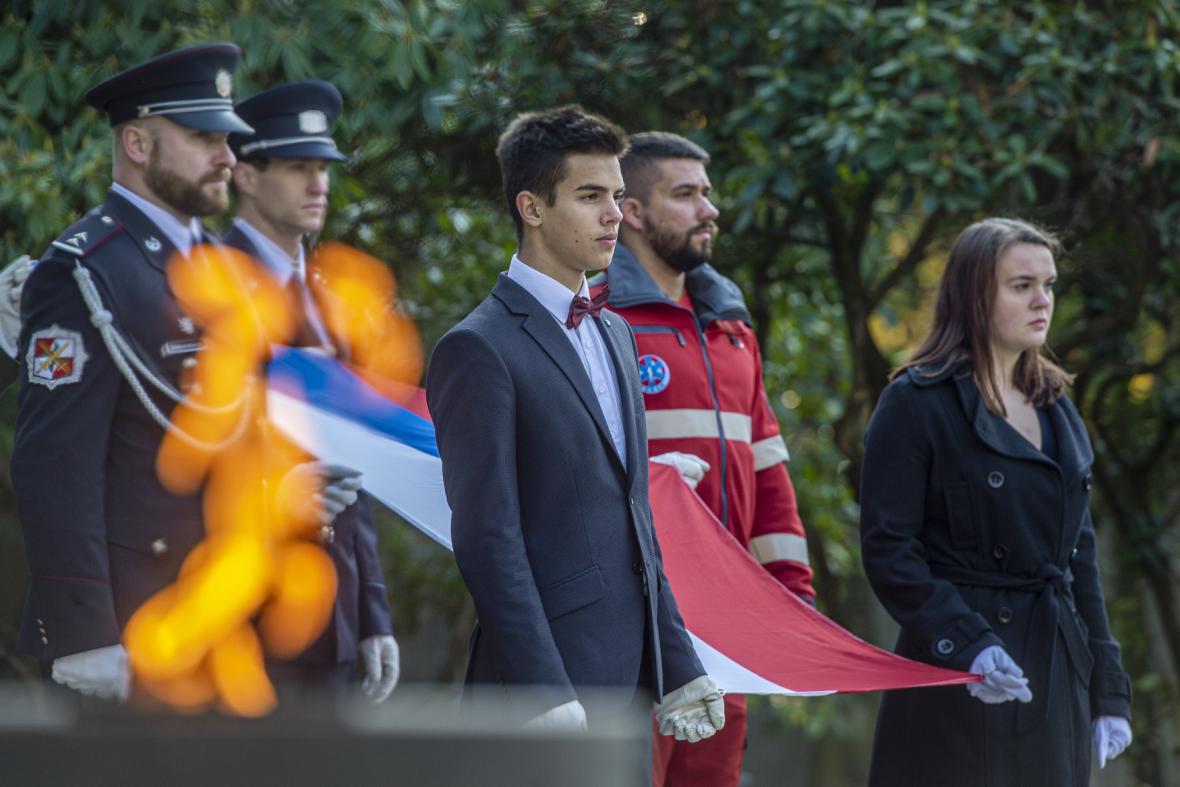 Státní vlajku u památníku v Ruprechticích symbolicky držel nejen voják, ale také hasič, policista, záchranář.