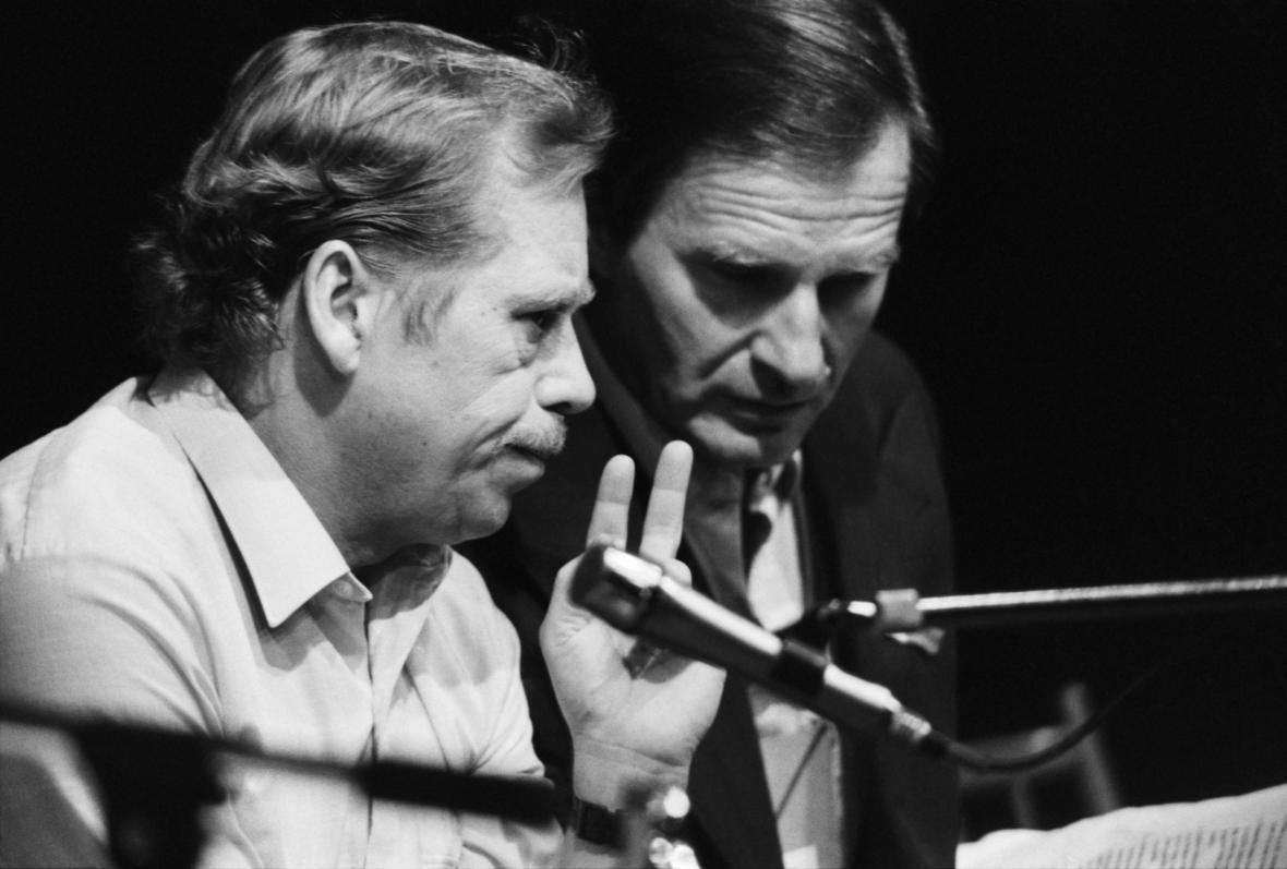 Petr Miller s Václavem Havlem na snímku z konce listopadu 1989