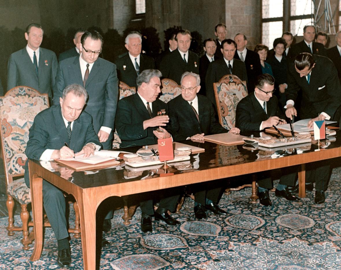 Gustáv Husák podepisuje s Leonidem Iljičem Brežněvem smlouvu o přátelství mezi ČSSR a SSSR, 6. května 1970