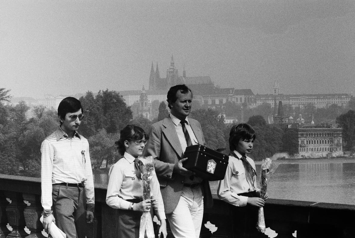 Členové volební komise a pionýři s přenosnou volební urnou, 24. května 1986