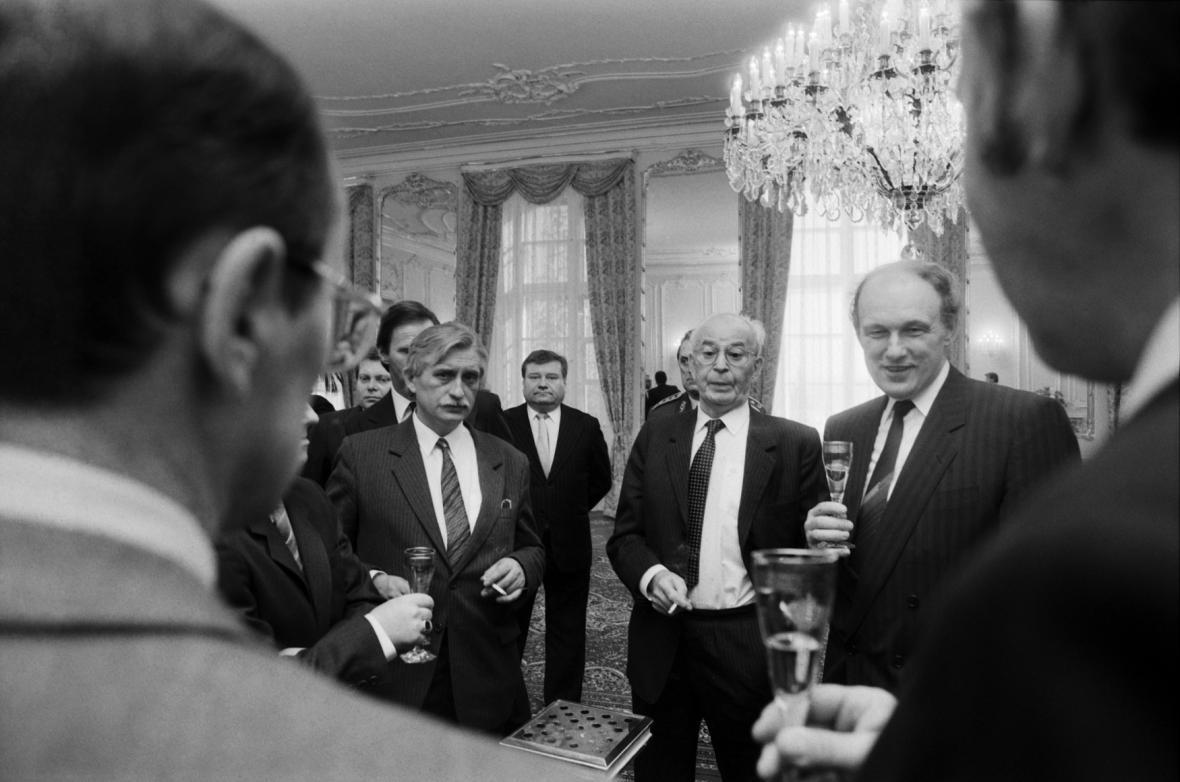 Jmenování vlády Mariána Čalfy prezidentem Gustávem Husákem, 10. prosince 1989