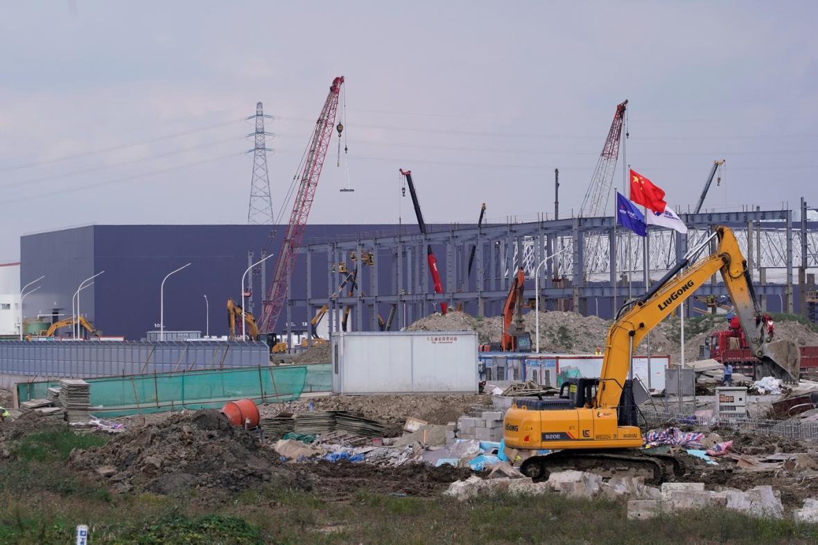 Výstavba obří továrny Tesly v čínské Šanghaji (říjen 2019)