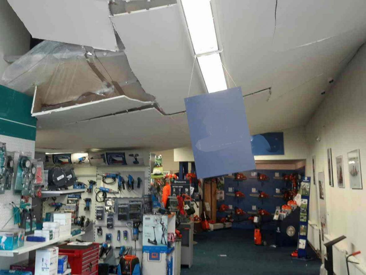 Propadlý strop haly