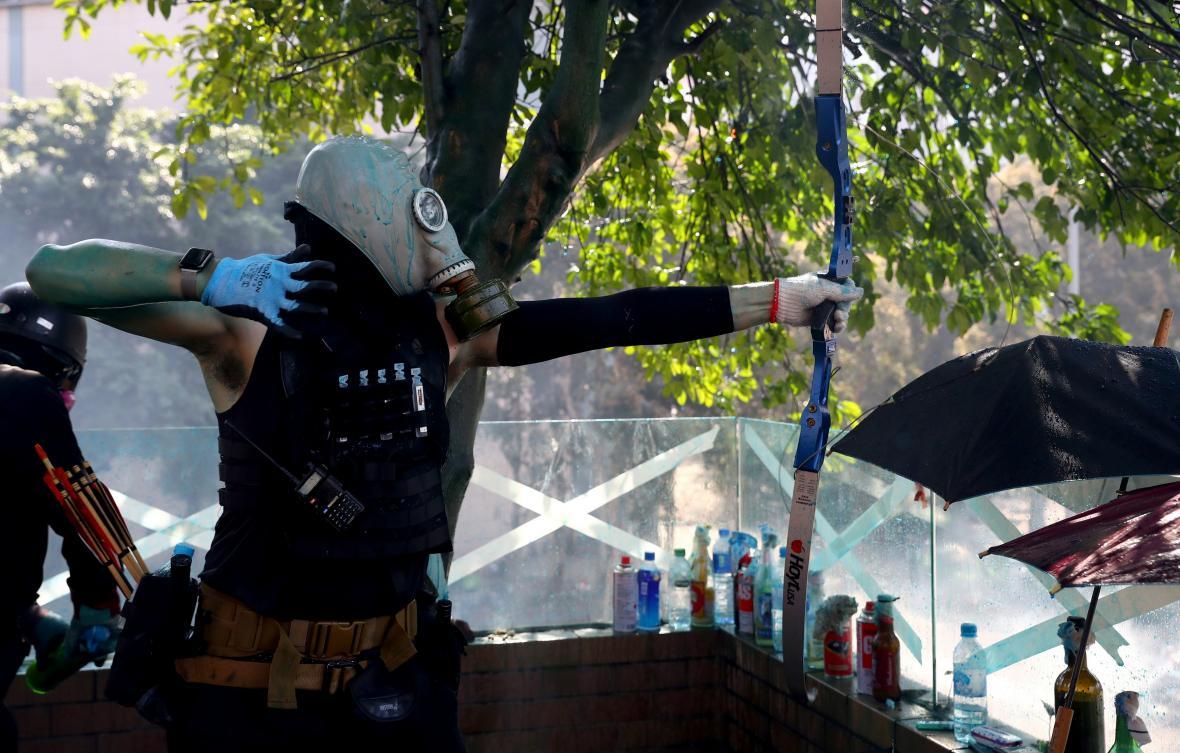 Demonstranti používají i luky a šípy