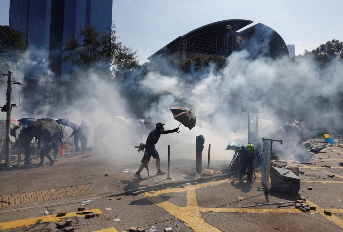Demonstranti se brání pomocí deštníků
