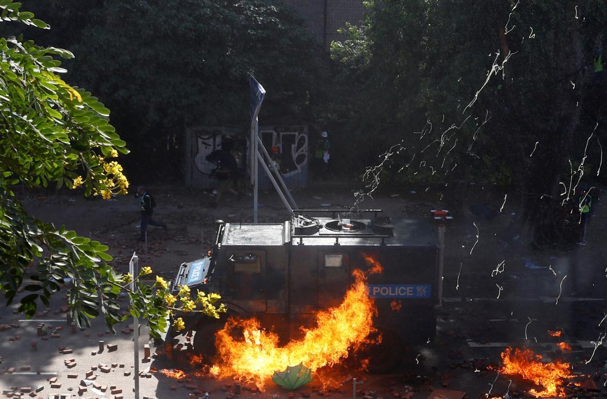 Zapálené policejní auto