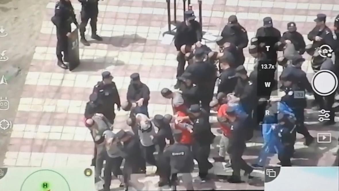 Uniklé záběry, na kterých vede čínská policie spoutané Ujgury