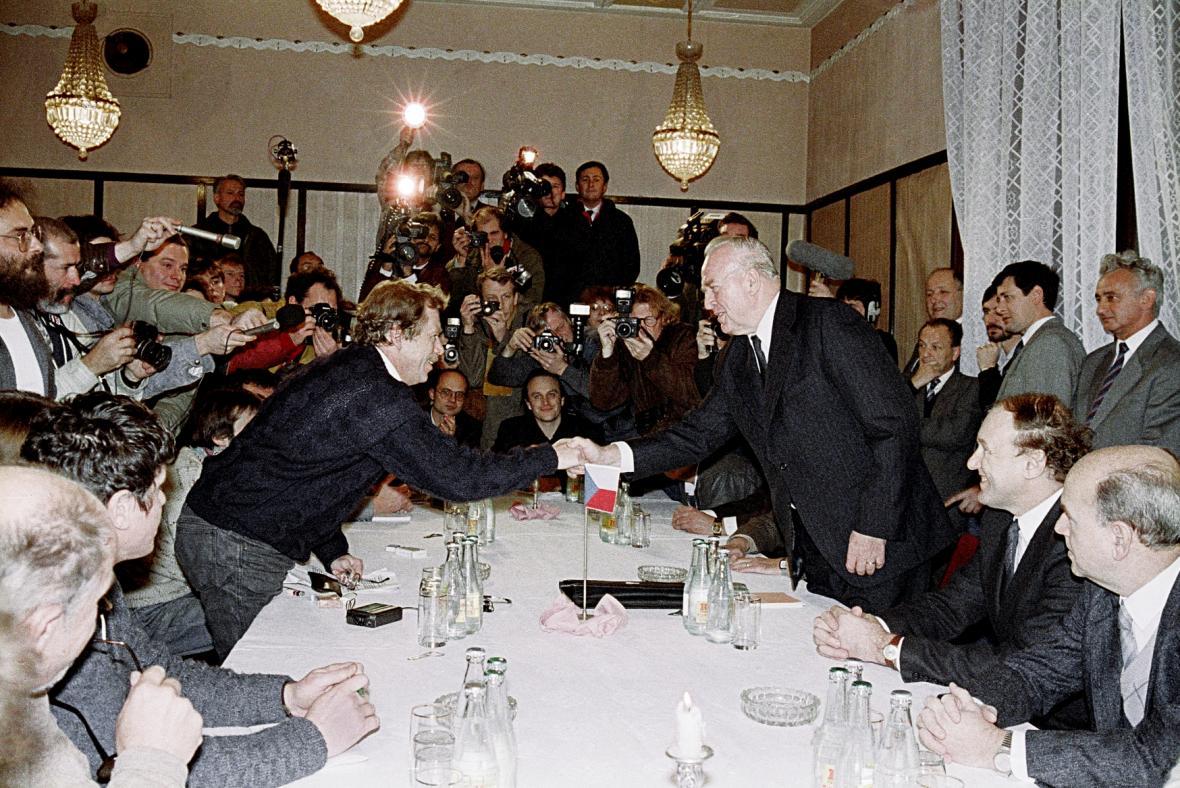 Václav Havel a Ladislav Adamec se zdraví před zahájením jednání vlády a Občanského fóra, 26. 11. 1989