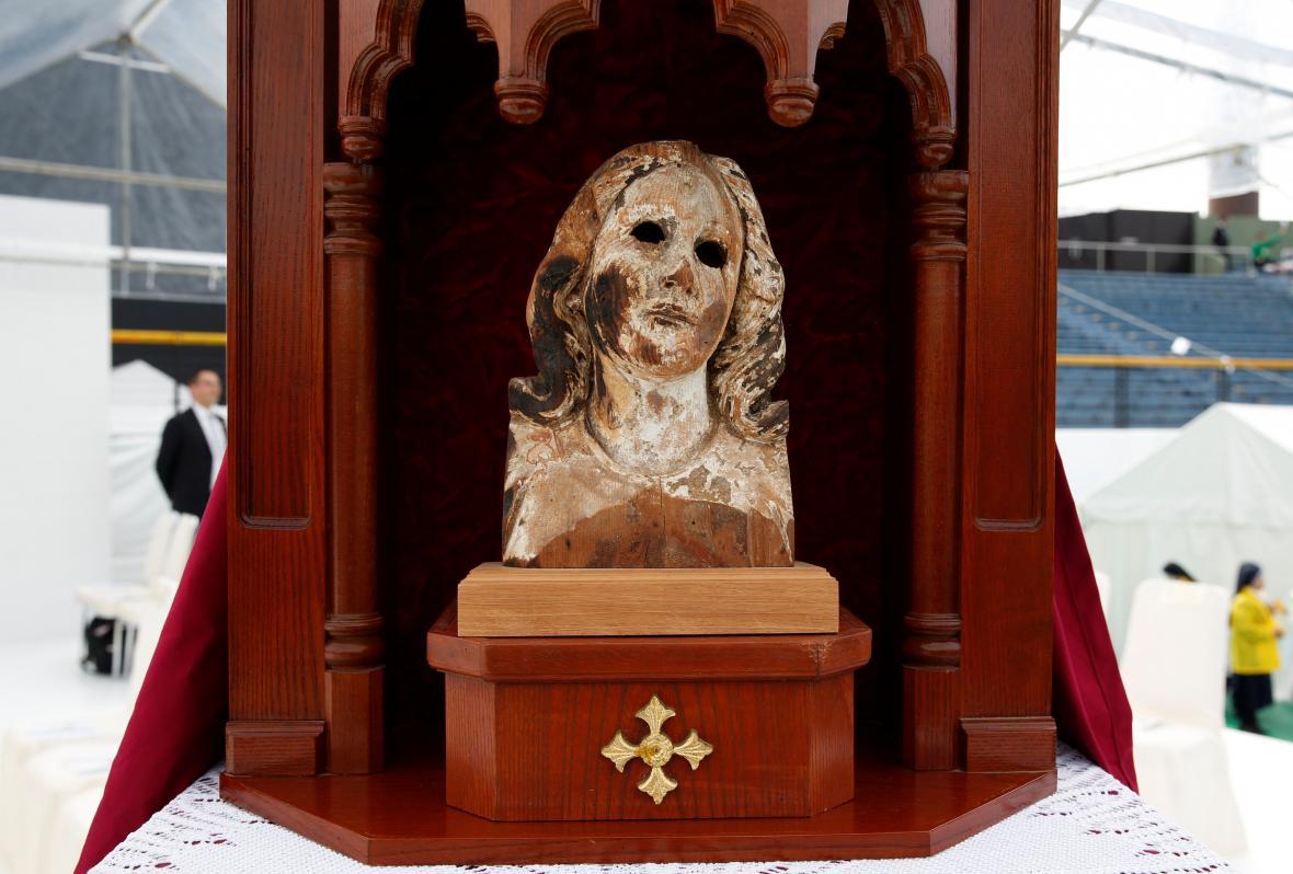 Poničená dřevěná socha Panny Marie z Nagasaki