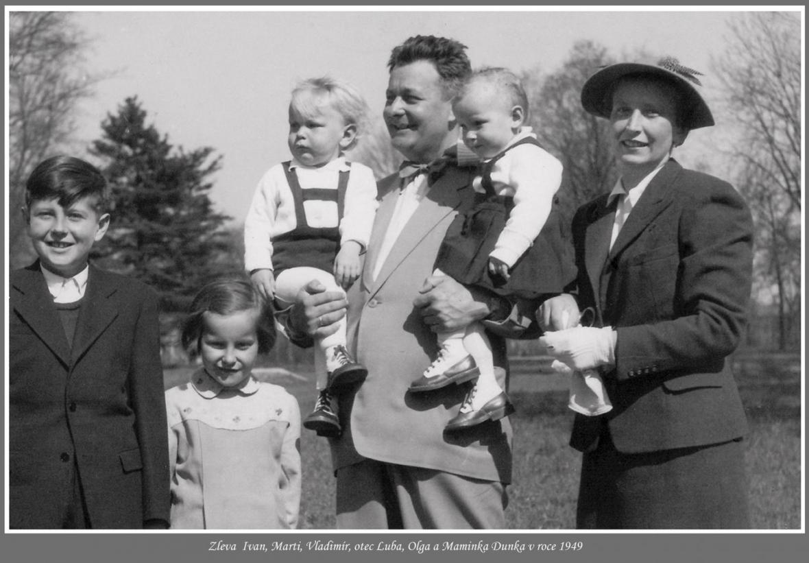 Rodina Šlapetova v roce 1949 ( Vladimír v náručí otce)