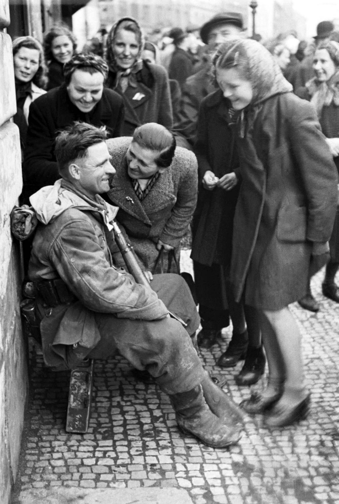 Příslušník jednotky generála Vlasova v Praze na snímku z května 1945